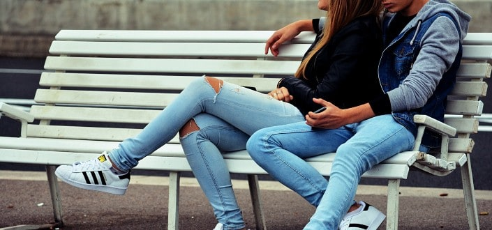 Signs Your Girlfriend is Cheating - She doesn't make eye contact anymore