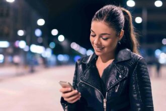 how to flirt with a girl over text - featured