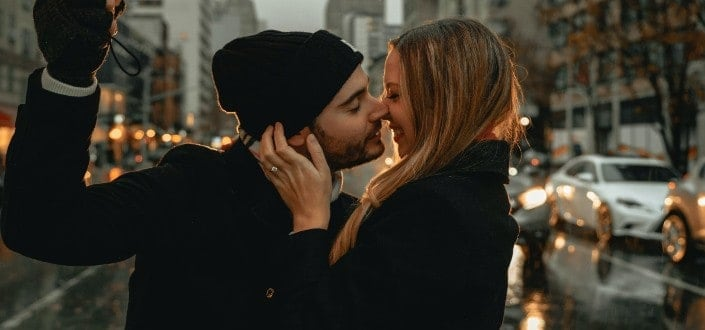 How to get a girl to kiss you - Get her to kiss for the first time