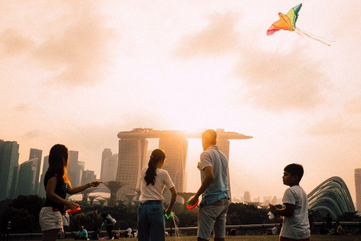 fun things to do with friends - Make kites and try flying them