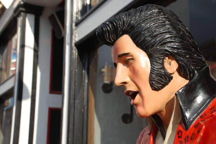 In what year did Elvis Presley die? Answer: August 1977.jpg