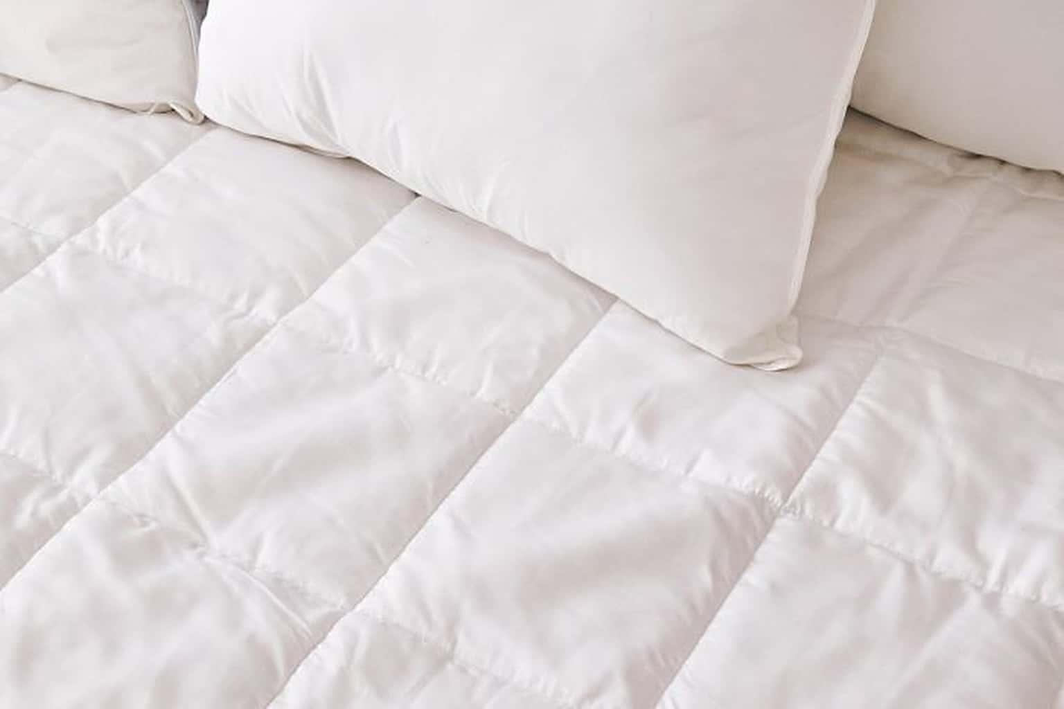 Slumber Cloud Nacreous Mattress Pad review - white sheet and white pillow