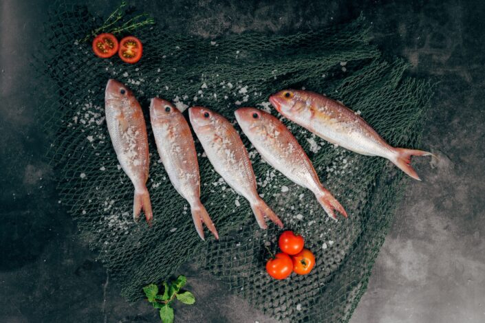 5 pieces of fish with salt and tomatoes.