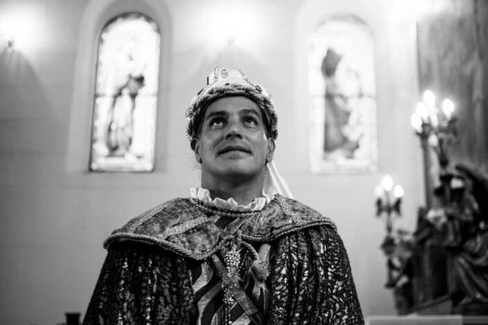 A king amusingly looking up on something