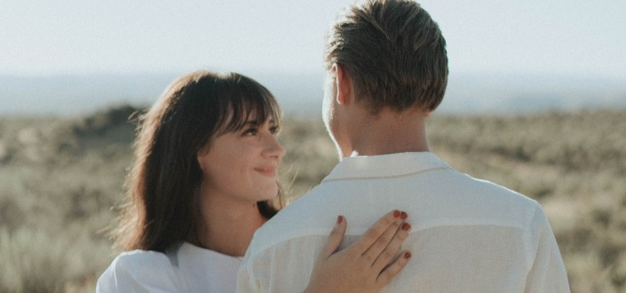 happy woman hugging his man in a field (1)